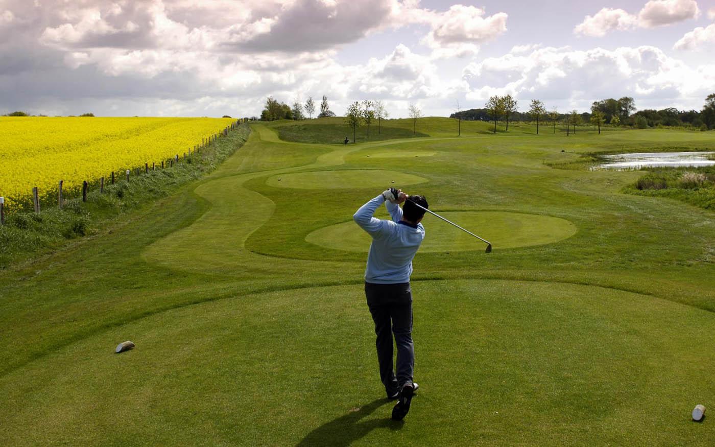 Ein Golfer schlägt den Ball in Gut Kaden