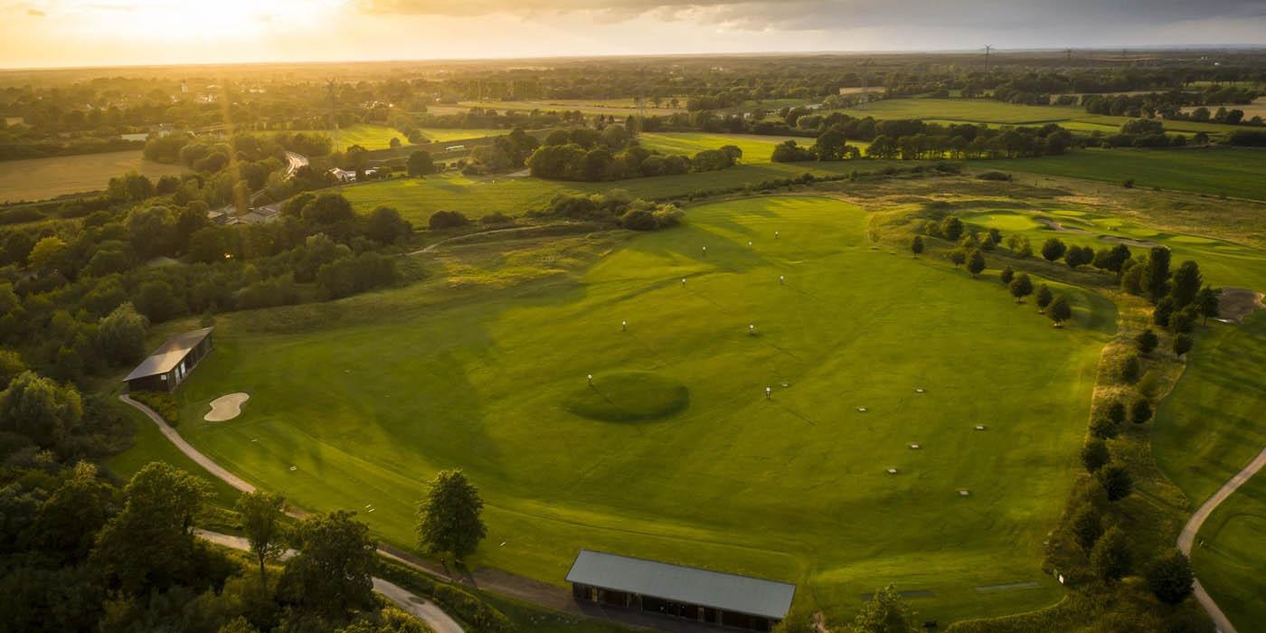 Gut Kaden bei Sonnenuntergang mit Golfanlage